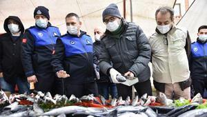 Tuzla'da balık tezgahlarına hamsi boyu denetimi