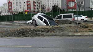 Başakşehirde boş yolda kaza yaptı; Otomobille çukura düştü