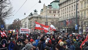 Avusturyada binlerce kişi koronavirüs önlemlerini protesto etti