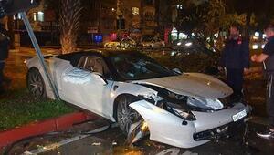 Antalyada refüje çıkıp, ağaca çarpan lüks otomobildeki 2 kişi yaralandı