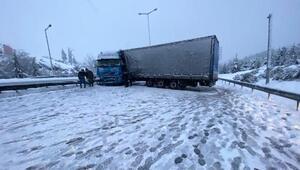 TIR karlı yolda kaydı, TEMde Ankara yönü bir süre kapandı