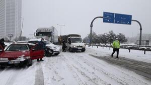 Bursa - İzmir otobanı yoğun kar yağışı nedeniyle trafiğe kapandı