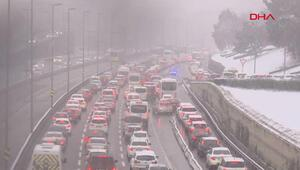 İstanbulda kar yağışı etkisini arttırdı... Trafik yoğunluğu oluştu