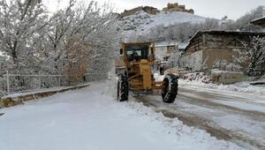 Bayburt'ta karlı yollar açılıyor