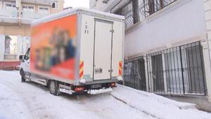 Sarıyer'de buzda kayan kamyonet evin korkuluklarına çarptı