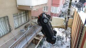 İlginç kaza Apartmanın bahçesine uçan araç dik durdu