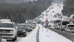 Kar yüzünden yol bir süre kapandı Kilometrelerce kuyruk oldu