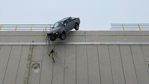 Akılalmaz kaza Köprüde asılı kaldı
