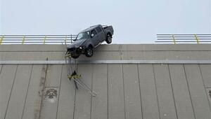Kar nedeniyle kayan kamyonet köprüde asılı kaldı