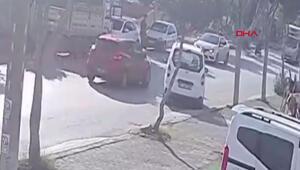 El frenini çekmediği araç park halindeki araçlara böyle çarptı
