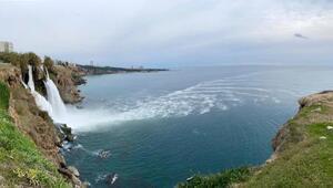 Antalyada korkutan görüntü Zehirli köpükler denize karıştı