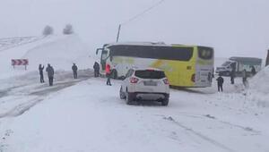 Muşta kayan otobüs yolu kapattı, 30 araç mahsur kaldı