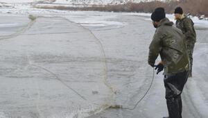 Ekmeklerini buzla kaplı Murat Nehrinden çıkarıyorlar