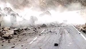 Korku dolu anlar Dev kaya parçası yolu trafiğe kapattı