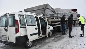 Siverek'te hafif ticari araç, TIRa arkadan çarptı: 3 yaralı
