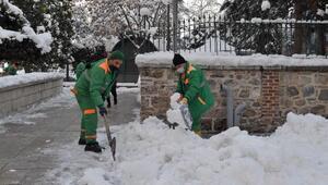 Osmangazi Belediyesi 350 kişilik ekiple kar mücadelesini sürdürüyor