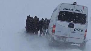 Hakkari Yüksekovada araçlar tipi nedeniyle yolda kaldı