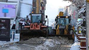 Vanda 495 yerleşim biriminin yolu kapandı; kamyonlarla kent dışına kar taşınıyor