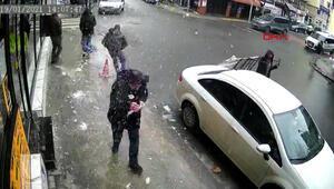 Şişli'de bir kişinin başına buz sarkıtı düştüğü görüntü anbean kamerada