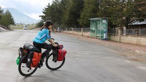 Dünya turuna çıkan Brezilyalı bisikletçi Larissa, Beyşehir'e geldi