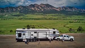 İçinde şöminesi olan devasa bir karavanda yaşıyorlar... Nereye park ederseler artık evleri orası