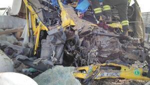 Konya TIR kazası Ön kısım hurdaya döndü, sürücü öldü...