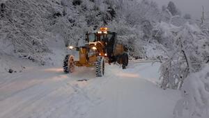 Kar yağışının sürdüğü Orduda ekipler, yolları açık tutmak için çalışmalarını sürdürüyor