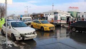 Kavşakta 2 otomobil çarpıştı: 2 yaralı