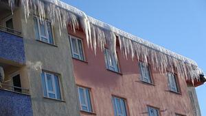 Muş'ta çatılarda oluşan metrelerce buz sarkıtları tehlike saçıyor