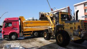 Bartında karlar, kamyonlarla ırmağa boşaltılıyor