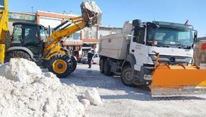 Van Başkalede 2 metrelik karlar, kamyonlarla ilçe dışına taşınıyor