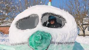 Bahçesinde 5 metre uzunluğunda kardan uçak yaptı