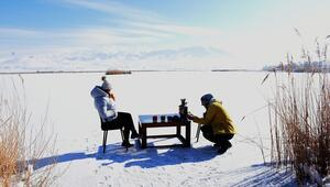 Gezginler Ulaş Gölü üzerinde çay keyfi yapıyor