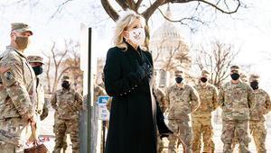 Yeni First Lady o askerlere kurabiye dağıttı
