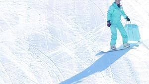 Ukraynalı turist görenleri şaşırttı... Palandökende bavulu ile snowboard yaptı