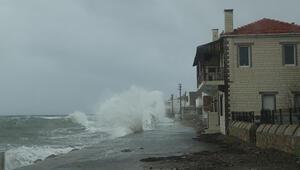 Çanakkalede dev dalgalar evlere ulaştı