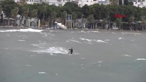 Dev dalgaların arasında kitesurf yaptı