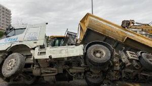 Beylikdüzünde yol çöktü, kamyon devrildi