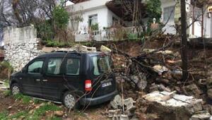 Sağanak istinat duvarını yıktı, park halindeki araçta zarar meydana geldi