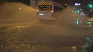 İzmirde kuvvetli yağış Ağaçlar devrildi, sürücüler zor anlar yaşadı