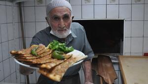 15 yaşında çırak olarak başladı, 65 yıldır etli ekmek pişiriyor