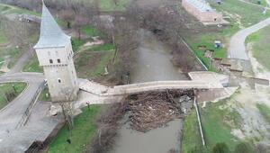 Edirnede taşkında kemerleri kütüklerle tıkanan Fatih Köprüsü, risk altında