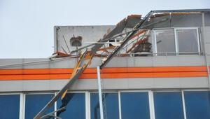 Manisada fırtına Minare devirdi, çatılar uçtu...