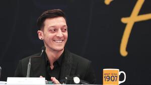 Mesut Özil: Burak Yılmaz kardeşim inşallah Türkiyeyi en güzel şekilde temsil eder