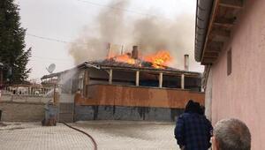 Müstakil evin çatısı yandı