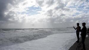Dev dalgalar sahili dövdü