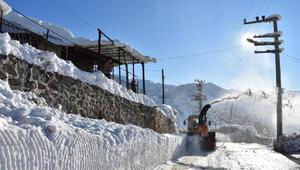 İlçede biriken 2 metrelik kar, karayolları ekiplerinin yardımıyla taşındı