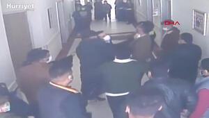Hasta yakınlarnın güvenlik görevlisine saldırdığı anlar kamerada