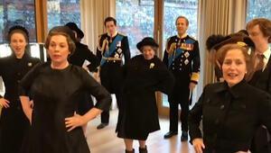 Kraliçe ile başbakan omuz omuza dansta