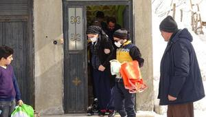 Karla mücadele ve sağlık ekiplerinin kapalı yolda hamile kadın için seferberliği